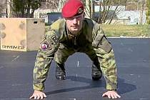 Buďte v kondici! Podplukovník Ivo Zelinka uvedl seriál cvičení s chrudimskými vojáky.