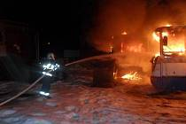 Požár v sobotu v noci zničil přístřešek s dvěma autobusy a motocyklem v ulici U Pošty v Chrasti u Chrudimi.
