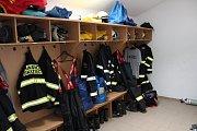 Šatny jsou stále funkční a připravené na příchod hasičů