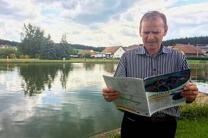 Předseda Mikroregionu Chrudimska Vladimír Pecina při listování novinami