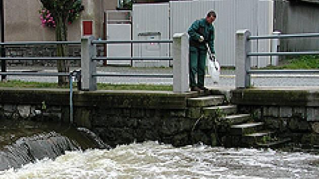 Kvůli rozbouřené řece byli hlinečtí hasiči v pohotovosti.