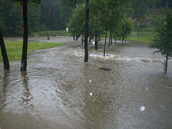 Pietní území vLežákách zaplavila voda jen den po 71.výročí vypálení osady za 2.sv. války.