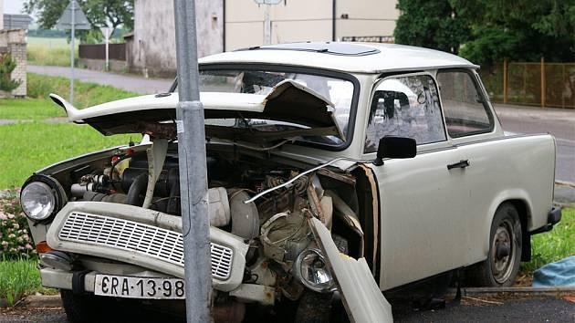 Řidiči trabantu v Orli stál v cestě sloup veřejného osvětlení.