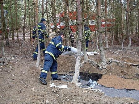Hasiči zasahovali u kontaminovaného napajedla u Chrasti, kde se na hladině objevila olejová skvrna.