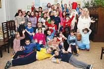 Mikuláš s andělem a čerty potěšil obyvatele dětského domova v Nové Vsi u Chotěboře.