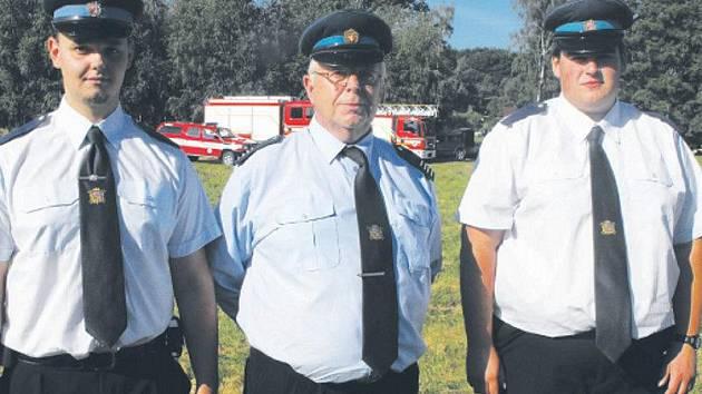 Mezi hasiče z Chrasti u Chrudimě, kteří aktivně pomáhají při akcích s dětmi, patří rovněž otec a syn Kobosilovi a Lukáš Sviták