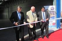Václava Klause přivítal generální ředitel firmy Jan Zitko. Po projevech následovalo stříhání pásky a vzápětí i prohlídka nových prostor.