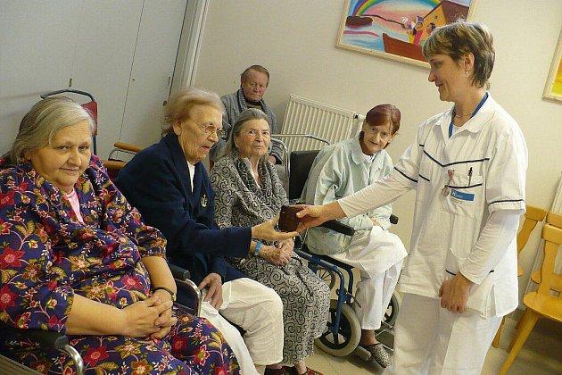 Kaplan Tomáš Kvasnička sloužil mši v chrudimské nemocnici.
