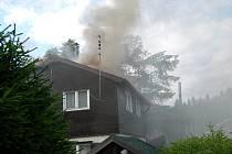 POŽÁR CHATY V MÍČOVĚ. Hasiči použili dýchací přístroje, použili další techniku, jako byla motorová pila k otevření půdy a zde k lokalizace požáru.