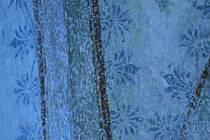 Detail výmalby s modrými palmetkami.