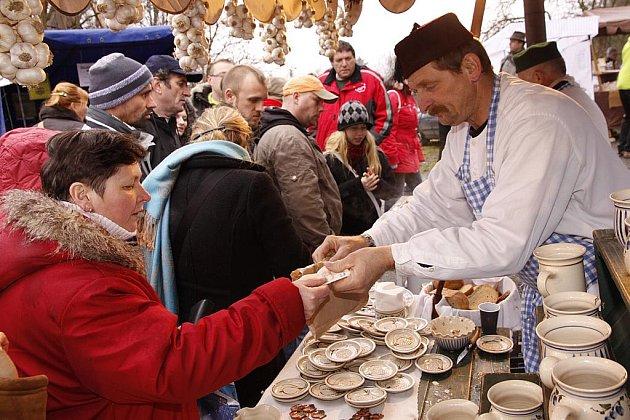NA VÁNOČNÍ JARMARK na Veselém Kopci si našlo cestu přes pět tisíc lidí.