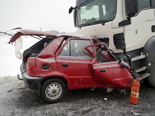 Při čelním střetu škodovky a kamionu mezi Hlinskem a Poličkou zemřel 37letý řidič osobáku.