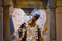 Na arkádách čeká anděl.