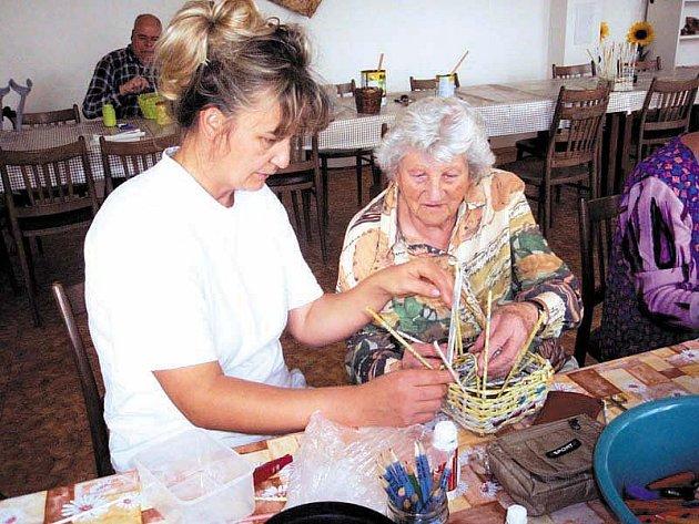ZDEŇKA VAŇKOVÁ si se seniory rozumí, její práce je zároveň velkým životním koníčkem.