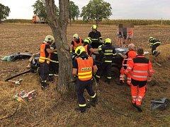 Nehoda u Kočí u Chrudimi. Ošklivý náraz auta do stromu mladá řidička naštěstí přežila.