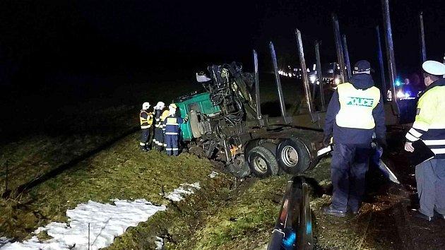 Knehodě dvou tahačů došlo vpátek časně ráno na silnici vNasavrkách.