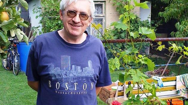 Martin Hambálek se těší z úrody na zahrádce. Přebytky chce uchovat na zimu, a tak nezbývá., než zavářet.