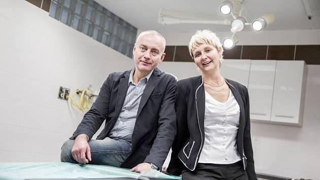 ŘEDITEL NEMOCNICE Vladimír Ninger a ekonomicko-technická náměstkyně Ivana Urešová zapózovali na operačním stole.