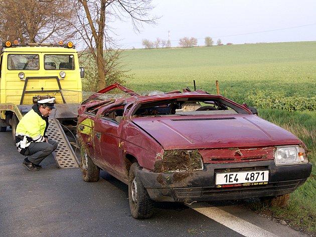 Havarovaný vůz Škoda Favorit po nehodě. Auto muselo být vyproštěno z příkopu, kde leželo na střeše.