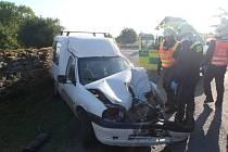 Při střetu autobusu s automobilem v Janovicích byla jedna osoba zraněna.