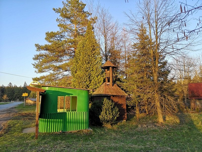 Dřevěné zvoničce v Košinově plechová čekárna příliš nesluší.