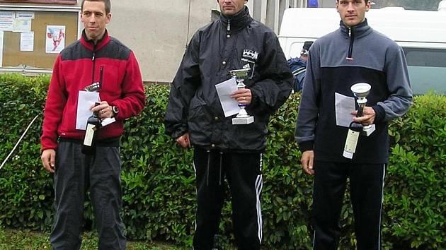 Jiří Musil (uprostřed) na stupních vítězů.