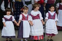 Dětský folklorní soubor Kuřátka z Chrudimě na festivalu Tanec v srdci v Liptovském Mikuláši.