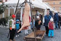 Kateřinský jarmark 2012 ns Resselově náměstí nabídl i tradiční zabijačku.