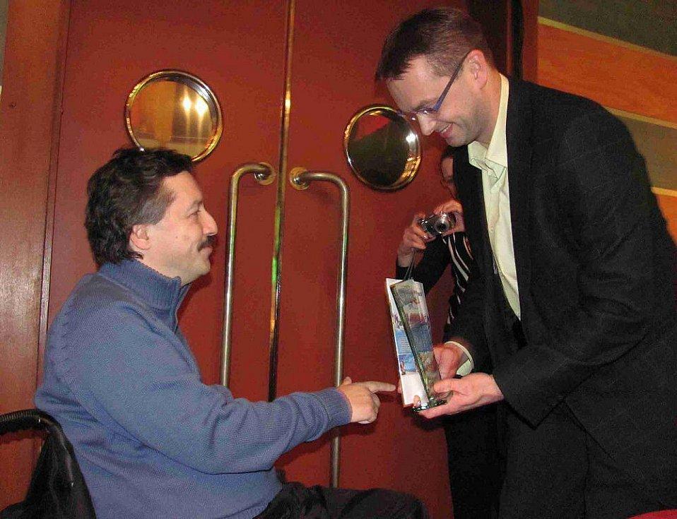 Boccista Leoš Lacina přebírá i za svého kolegu v týmu Radka Procházku cenu v kategorii handicapovaných sportovců.