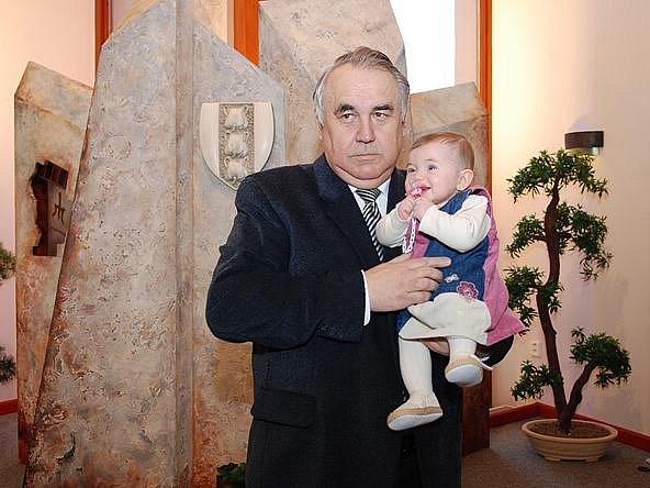Starosta Peca mezi novými občánky uvítal i svou vnučku.