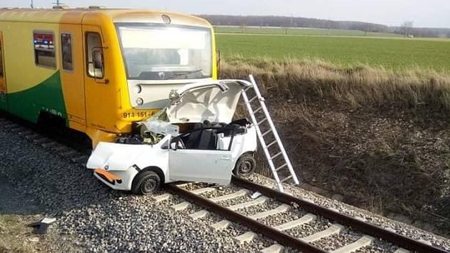 Střet osobního vlaku s autem na přejezdu u Zaječic