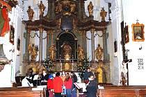 Koncert pěveckého sbor KŮRovci v kostele sv. Jana Křtitele v Běstvině nabídl koledy a vánoční spirituály.
