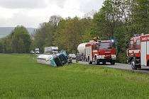 Na silnici 337 mezi Starým Dvorem a křižovatkou na Podhradí havarovala v pátek po 10. hodině cisterna naložená cementem.