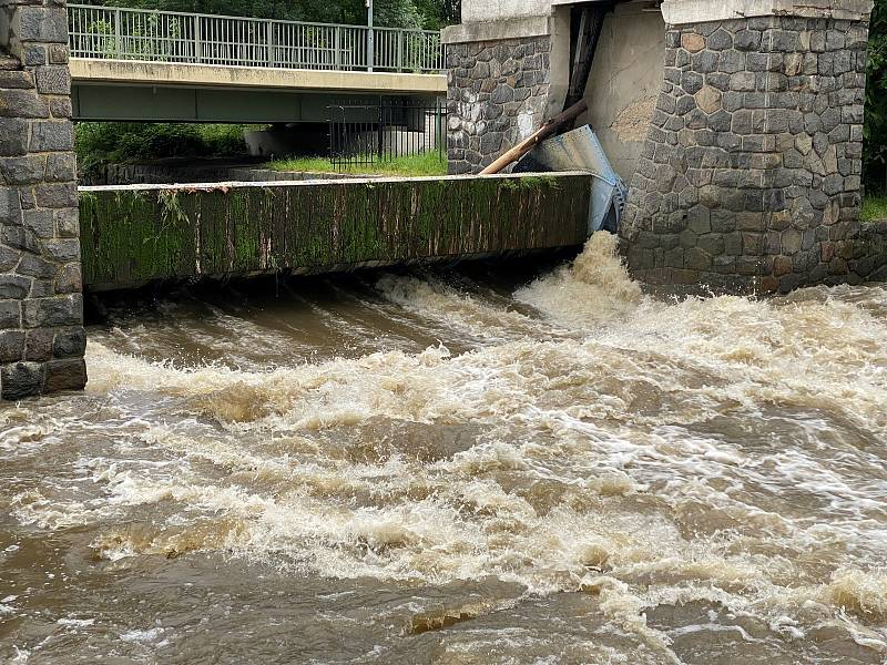 Řeka Chrudimka v Nemošicích je na 3. stupni povodňového nebezpečí