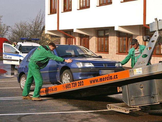 Odtahová služba musela odklidit vozy, které bránily blokovému čištění.