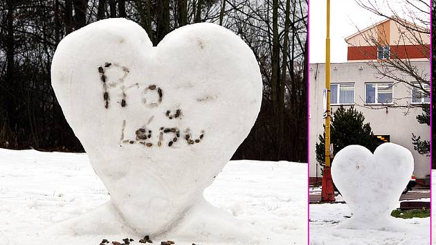 Před areálem chrudimské nemocnice se náhle ze dne na den objevila rozměrná sněhová plastika ve tvaru srdce.
