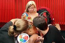 Malování na tělo se uskutečnilo v pátek večer v baru na sídlišti U Stadionu v Chrudimi. Modelku dražili ve prospěch chrudimské nemocnice.