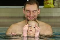 Plavání baví děti i rodiče.