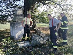 Následky pádu lipové větve v neděli likvidovali členové Sboru dobrovolných hasičů Běstvina.