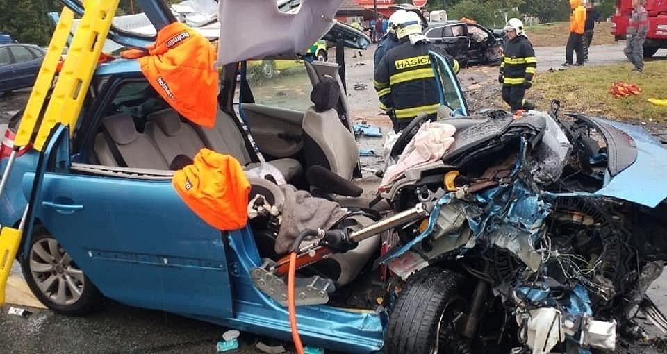 Nehoda dvou osobních vozidel v Nasavrkách.