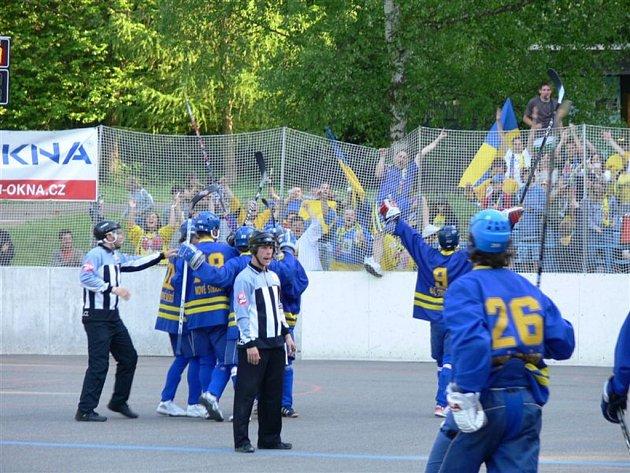 Semifinále první hokejbalové ligy má za sebou dva úvodní duely na hřišti Nového Strašecí. Jeden z hlavních favoritů celé soutěže dokázal v úvodním semifinále v sobotu Ježky udolat 3:2. V neděli se ale Ježci sokovi vzepřeli a vyhráli 4:3 v prodloužení.