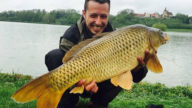 Kapr vytažený z vod Voletického rybníka vážil 11 kilogramů