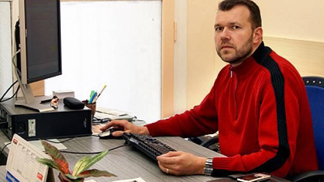 Milan Kušta odpovídá na otázky v redakci Chrudimského deníku.