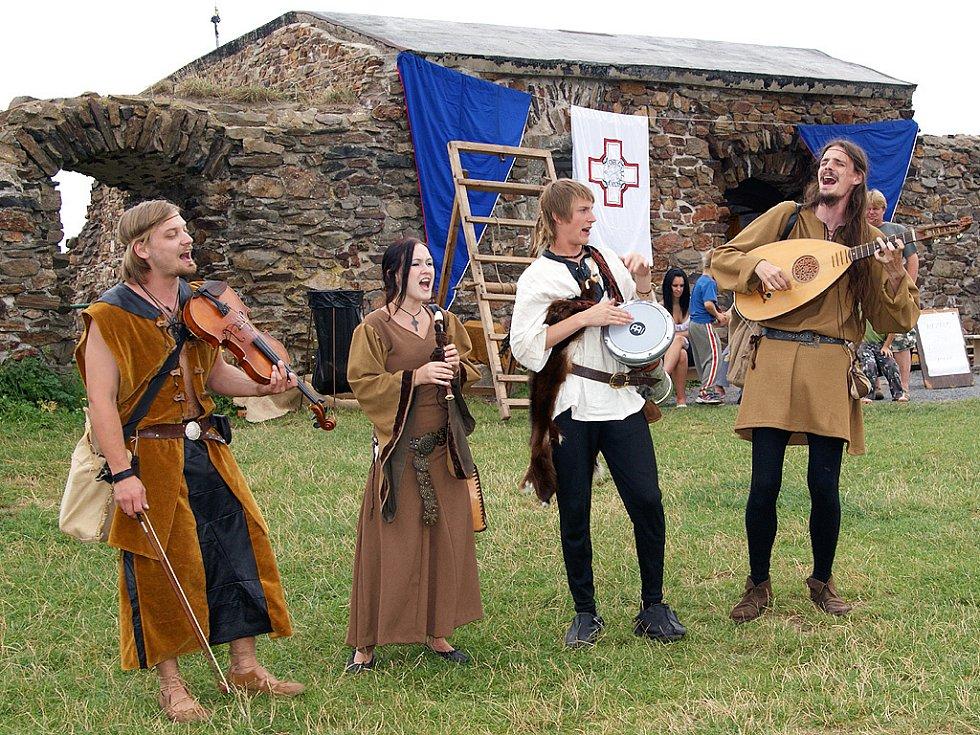 ZŘÍCENINA HRADU LICHNICE je turisty hojně navštěvovaná i díky návratům do středověku.