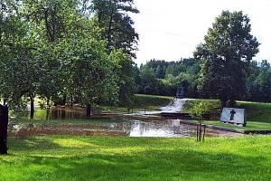 Hráz rybníku Ležák je jen provizorně zalepena, bouřky budí obavy