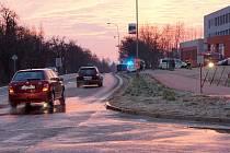 Na okraji Chrudimě při výjezdu na Markovice bourala časně ráno řidička Fordu Focus. Kola jejího auta ztratila kontakt s vozovkou kvůli náledí. Auto skončilo na boku u sloupu veřejného osvětlení, ale nehoda se obešla bez zranění.
