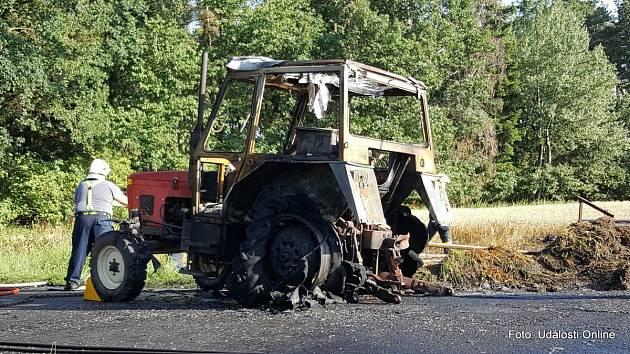 Požár traktoru se slámou v Mladoňovicích.