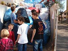 Ronovské děti sbíraly kelímky.