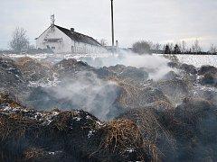 U požáru v Kladně zasahovali hasiči 33 hodin. Z dohořívající slámy a sena se ještě v pondělí vznášel štiplavý kouř.