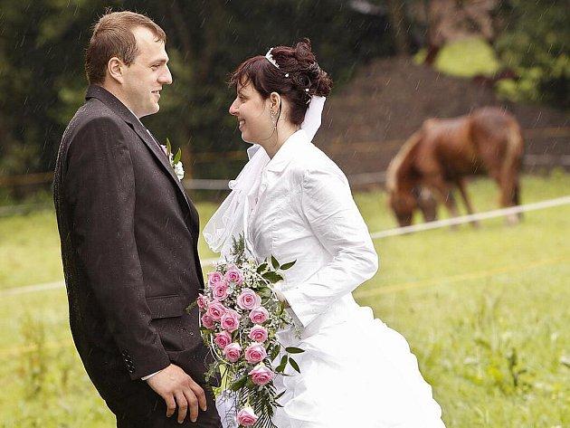 Novomanželům Lucii a Pavlovi Dočekalovým z Hlinska nepokazilo jejich velký den ani deštivé počasí.